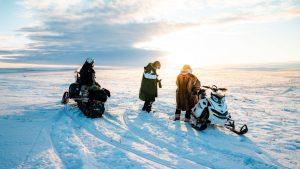 ICE COLD: Rotan and Hugo had to drive snowmobiles in the cold in Finmark to make Fred Buljo's stage perfect. See the result in the video at the top of the article. Photo: Tobias Aasgaarden / South Coast Creative